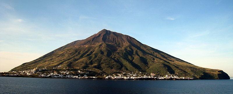 File:Stromboli-pan.jpg