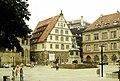 Stuttgart, der Schillerplatz mit Schillerdenkmal und Fruchtkasten.jpg