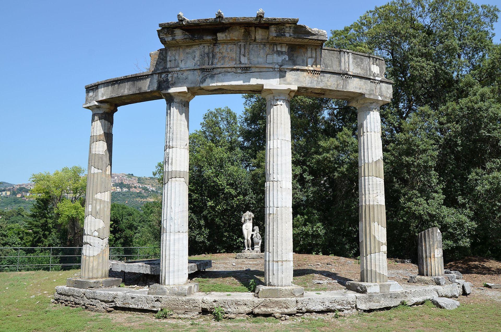 The circular temple dedicated to the Venus of Cnidus, Hadrian's Villa, Tivoli (15003905318).jpg