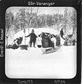 Torvgamme i Pasvikdalen, nær Männikköfoss, Sør-Varanger, Finnmark. Mannen t.v - Norsk folkemuseum - NF.15205-023.jpg