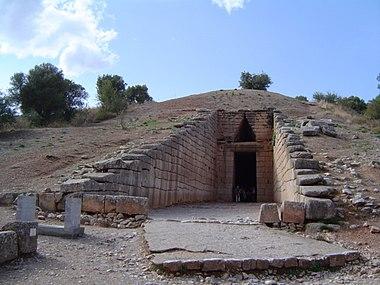 Θολωτός τάφος, ο λεγόμενος Θησαυρός του Ατρέως, στις Μυκήνες, άποψη της εισόδου με το δρόμο
