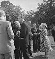 Tuin Stubbings House. Koningin Wilhelmina en prins Bernhard in gesprek met enke, Bestanddeelnr 935-2641.jpg