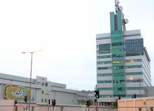 Современное бело-зеленое здание с параболическими антеннами наверху
