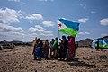 Un groupe de femmes danse en arborant le drapeau national, dans le village de God Daawo, Djibouti.jpg