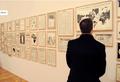 Un visiteur regardant Die Welt (Le Monde) de Fernando Bryce.png