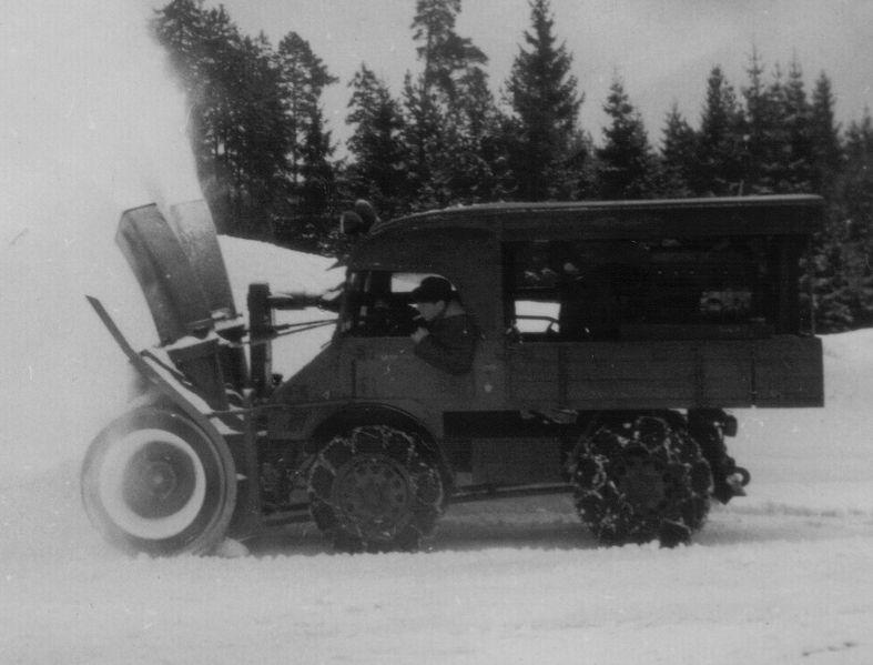 File:Unimog mit Schneefräse um 1955.jpg