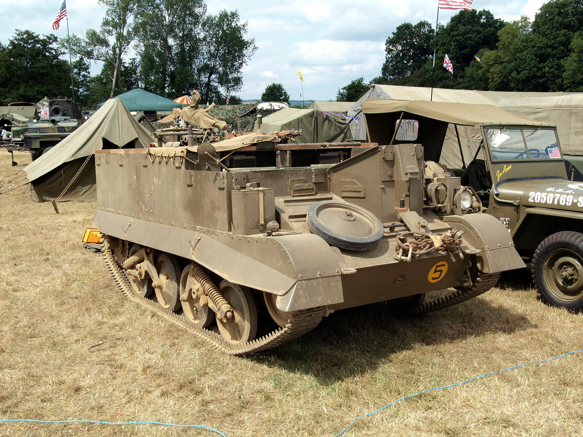 1920px-Universal_carrier_at_W&P_show_pic