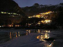 Il capoluogo (Pâquier) di notte, visto dal lago di Maën