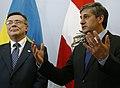 Vizekanzler Spindelegger mit dem ukrainischen Außenminister Leonid Kozhara (8682351311).jpg