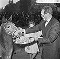 Wereld Dierendag 1964 , het voeren der dieren (buitenland), Bestanddeelnr 916-9718.jpg