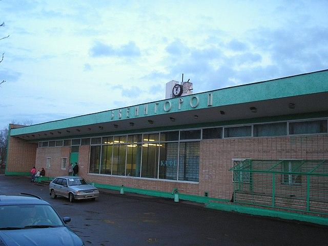 http://upload.wikimedia.org/wikipedia/commons/thumb/2/2f/Zvenigorod_railstation-vokzal.JPG/640px-Zvenigorod_railstation-vokzal.JPG?uselang=ru