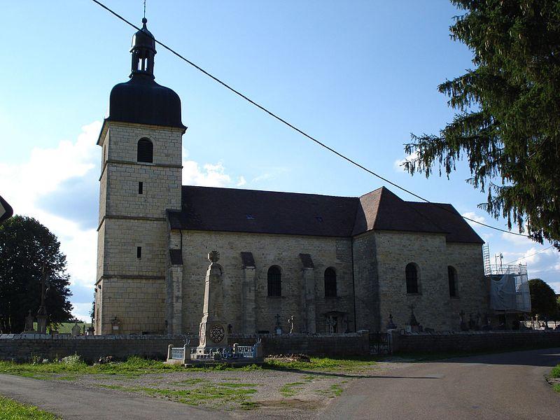 Église de La Barèche et monument aux morts (Doubs, France), sur le territoire de la commune de Durnes, partagés entre les communes de Durnes, Échevannes, Lavans-Vuillafans et Voires.