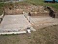 Ψηφιδωτά πίσω από το αρχαίο θέατρο Μεσσήνης.jpg