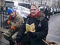 Активіст Майдану читає книжку Материнська молитва 20140302.jpg