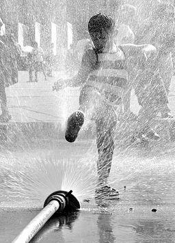 02015-08 Wasservorhang in Krakau schützt die Kinder vor zu großer Hitze 0178