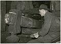 024 Taceno - uomo mentre usa un maglio per battere il ferro.jpg