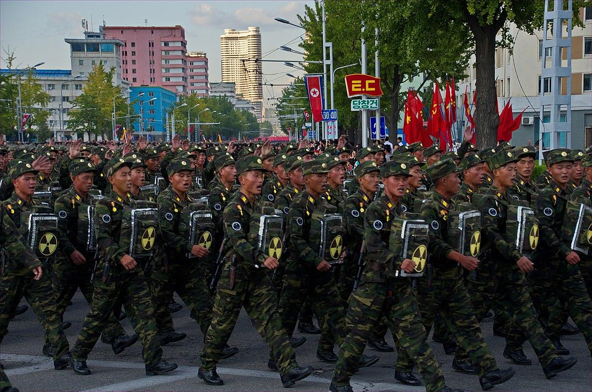 0957 - Nordkorea 2015 - Pjöngjang - Parade zum 75. JT der Arbeiterpartei (22976775845).jpg