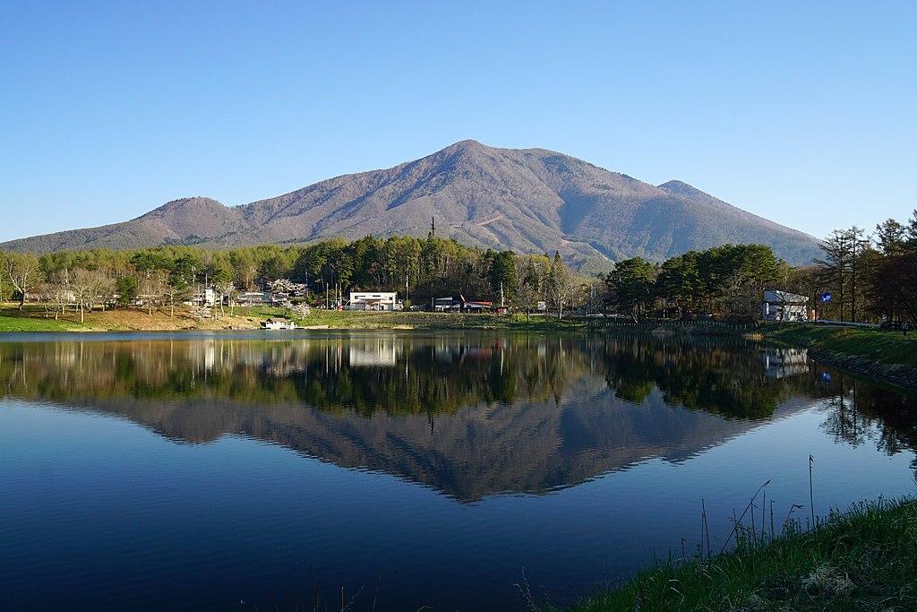 大座法師池より望む飯縄山