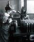 1915-1916 - Femme au travail dans une usine d'obus.jpg