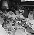 51ste Tour de France 1964, maaltijden Nederlandse ploeg links van serveerster …, Bestanddeelnr 916-5750.jpg