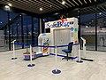 Aéroport de Lyon (octobre 2019), machine à emballer.jpg