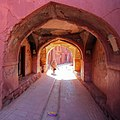 Abyaneh-Iran پیرزنی در حال گذر از روستای تاریخی ابیانه.jpg