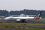 Alitalia Boeing 777-243-ER (EI-ISB-32859-426) (20540033416).jpg