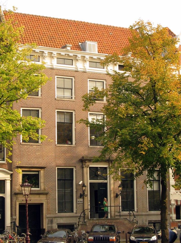Dubbel huis met gevel onder rechte lijst met consoles in for Lijst inrichting huis