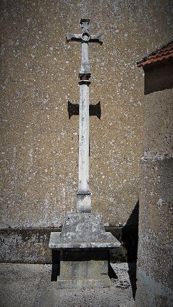 La croix monumentale de l'ancien cimetière d'Annoux, datant de 1724, a été placée, rue de l'église près du clocher, sur la face sud.