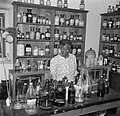 Apothekersassistente Theresa in de apotheek bij Santa Rosa op Curaçao, Bestanddeelnr 252-7441.jpg