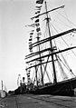 Apumoottorilla varustettuja purjealuksia Eteläsatamassa, Rahapajanrannassa. - N1936 (hkm.HKMS000005-00000191).jpg