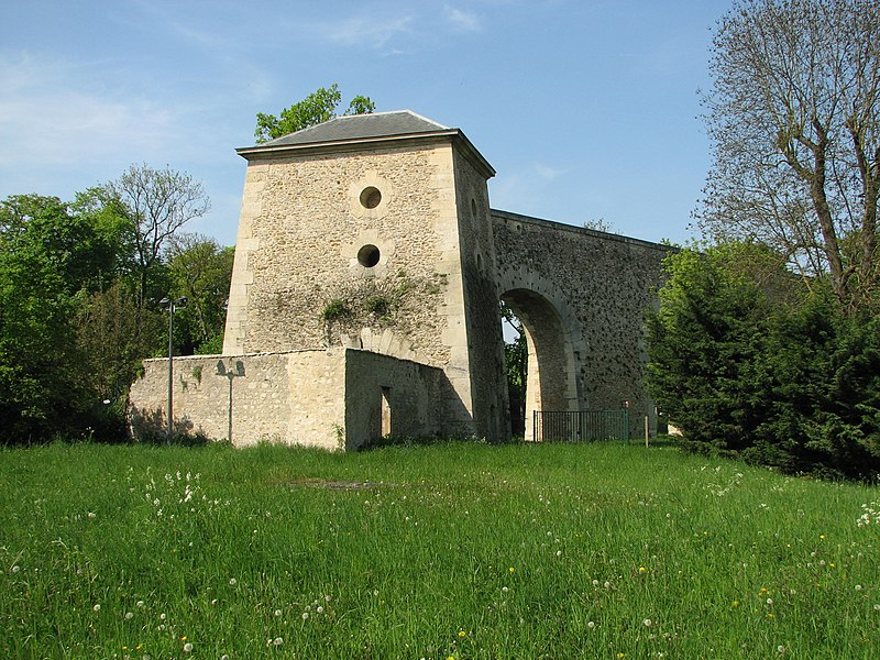Aqueduc de Louveciennes, la tour du Jongleur à son extrémité méridionnale, Louveciennes (Yvelines, France)