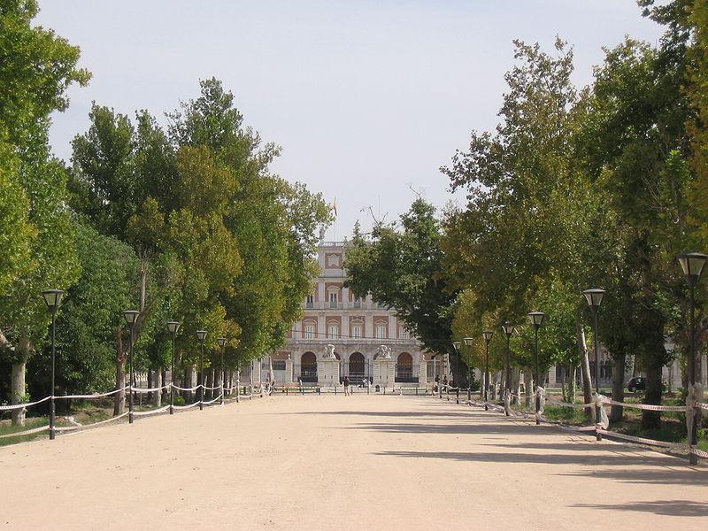 http://upload.wikimedia.org/wikipedia/commons/thumb/3/30/Aranjuez_CalleCoroneles.jpg/800px-Aranjuez_CalleCoroneles.jpg