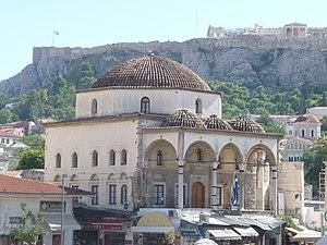 Tzistarakis Mosque - Image: Athen – Alte Moschee am Monastiraki Platz im Hintergrund die Akropolis panoramio