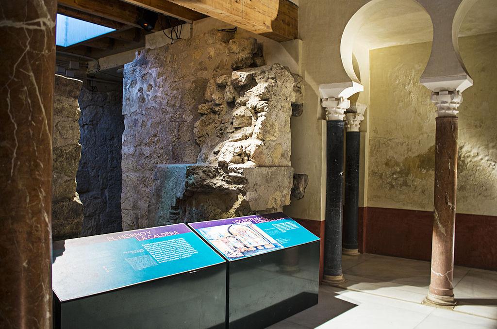 Baños del Alcázar Califal (24457144236).jpg