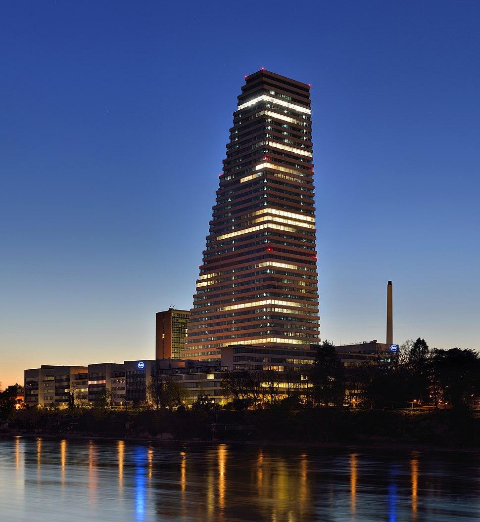 Basel - Roche-Turm bei Abenddämmerung