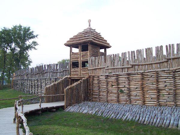Brama zrekonstruowanej osady obronnej kultury łużyckiej w Biskupinie. Źródło: Wiki Commons, autor: User:Fazer, lic. CC-BY-SA-2,5.