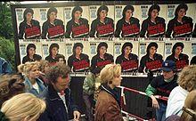 Bundesarchiv B 145 Bild-F079012-0026, Berlin, Michael Jackson-Konzert, Wartende.jpg