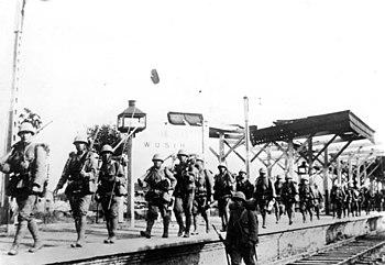 Čínsko-japonská válka: Japonské rezervy pochodující podél železniční tratě do Nanjingu na stanici Wuxi před Nanjingem, prosinec 1937