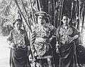 COLLECTIE TROPENMUSEUM Het dorpshoofd van Galoempang met zijn vrouw en zuster gekleed in feestelijke kleding. TMnr 60041774.jpg