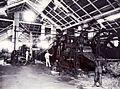 COLLECTIE TROPENMUSEUM Het interieur van het molenhuis op de suikeronderneming Kalibagor met de Fletchermolen op de voorgrond de tweede machinist Van Stenus op de achtergrond de eerste machinist Ottenhoff. TMnr 60004334.jpg
