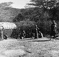 COLLECTIE TROPENMUSEUM Masai familie bij een deels afgewerkte hut 'manyatta' TMnr 20014293.jpg