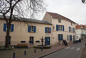Mairie de Carrières-sur-Seine, vue de la rue Gabriel Péri.