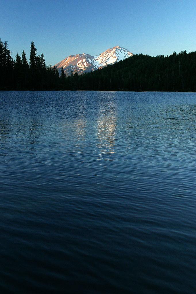 Mt Shasta Ca >> File:Castle Lake (California) - waves, Mt. Shasta (332260669).jpg - Wikimedia Commons
