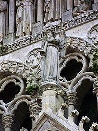 Cathedrale d'Amiens - ange du portail.jpg
