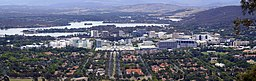 Vy over Canberra Civic fra Mount Ainslie med Lake Burley Griffin og Mount Stromlo i baggrunden.