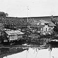 Collectie NMvWereldculturen, TM-20000884, Negatief, 'Woningen aan de rivier in het oude stadsdeel Kota', fotograaf Boy Lawson, 1971.jpg