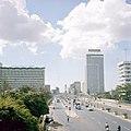 Collectie NMvWereldculturen, TM-20027922, Dia, 'Jalan Thamrin, met het Welkomstmonument op de achtergrond', fotograaf Boy Lawson, 1971.jpg