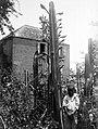 Collectie Nationaal Museum van Wereldculturen TM-10021213 Een jongentje poseert naast een grote cactus Sint Eustatius fotograaf niet bekend.jpg