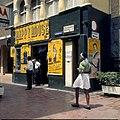 Collectie Nationaal Museum van Wereldculturen TM-20029991 Gebouw van de kledingwinkel Happy house in de Heerenstraat Willemstad Boy Lawson (Fotograaf).jpg